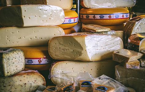 Aangesneden kazen in kaaswinkel